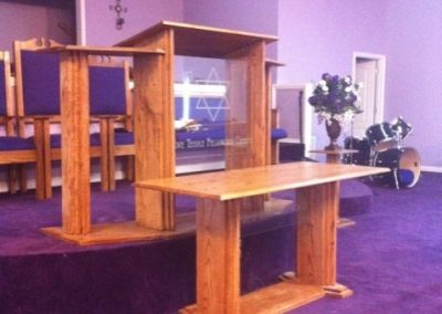 sKlMj-PhOvS-bnWWC-Oak_-_Acrylic_pulpit_and_table